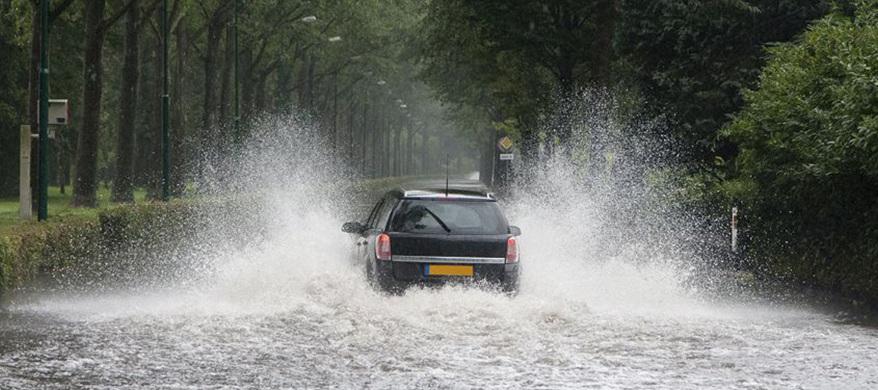Autoschade door wateroverlast: zo zit dat